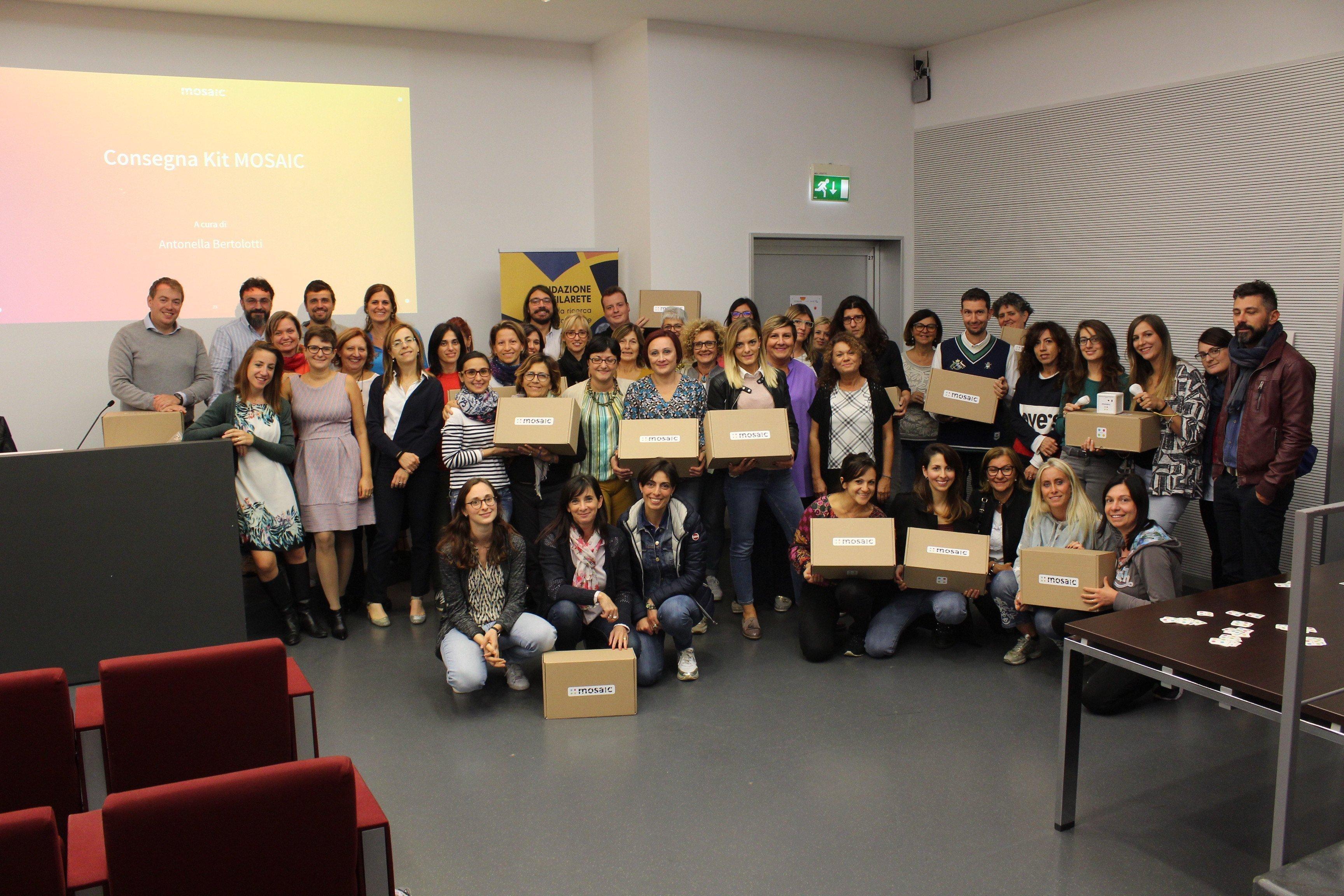 Foto di gruppo dei docenti della sperimentazione e del team MOSAIC dopo la consegna dei Kit