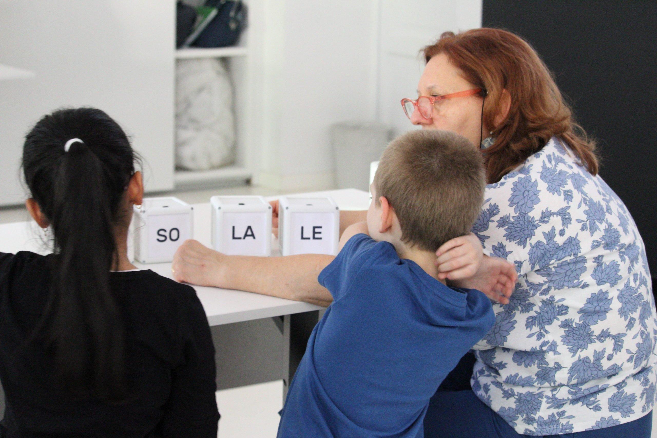 aggiungendo sui cubi inserti di carta raffiguranti sillabe, con mosaic si possono fare attività inclusive legate alla lettura