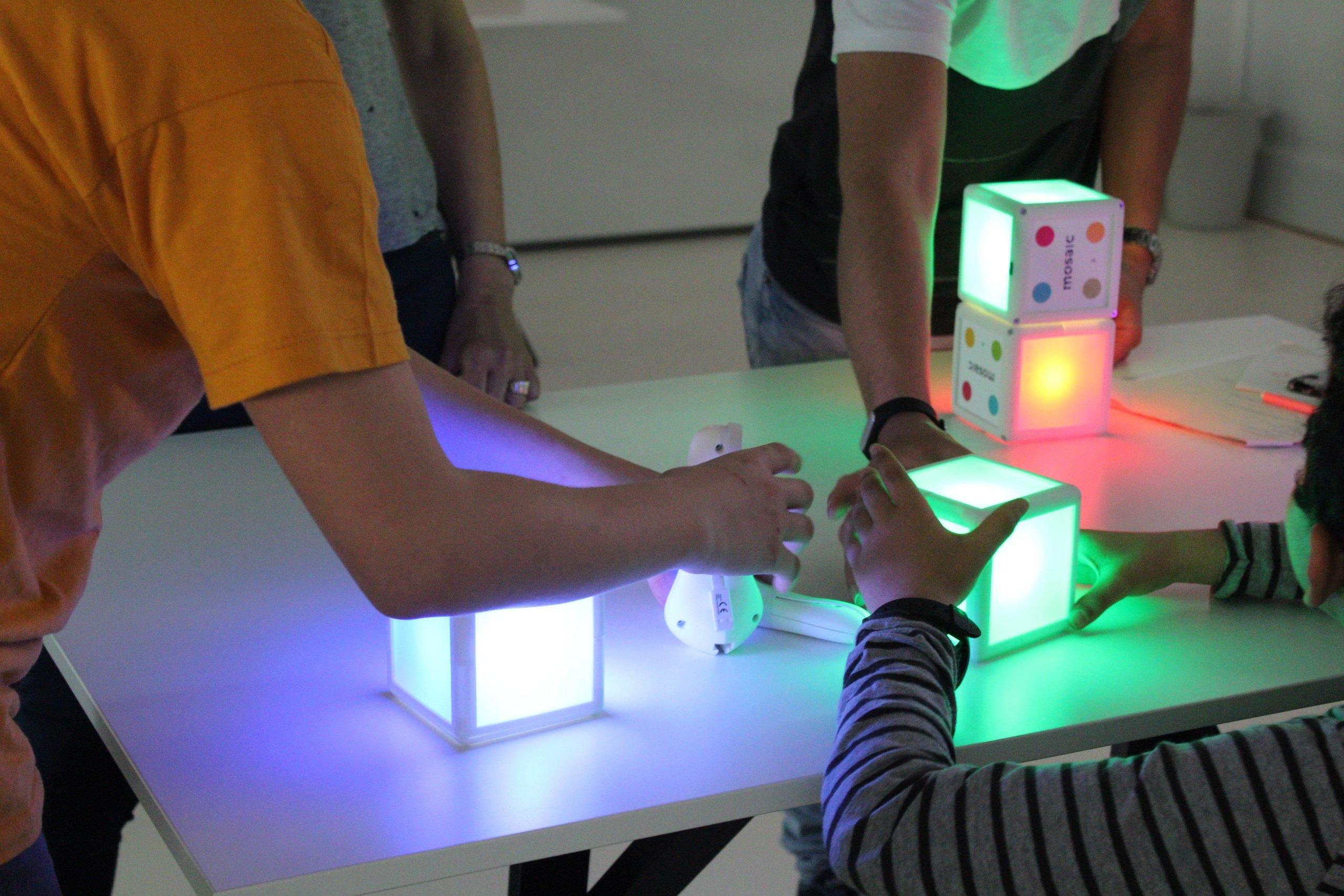 Un piccolo gruppo di bambini svolge insieme una delle attività di MOSAIC, collaborando per la buona riuscita comune MOSAIC
