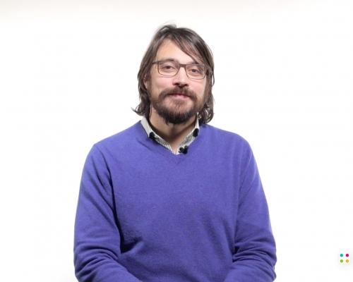 Foto di Emanuele Micheli, presidente della Scuola di Robotica, durante le riprese video